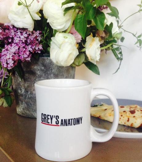 Empezando mi último día de rodaje de Grey's con mi taza de té habitual. Un poco de meditación y mucha gratitud.